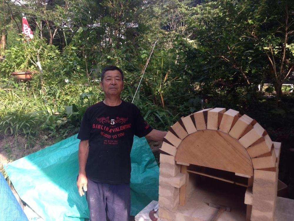 多くの方々に協力いただき出来上がったピザ窯